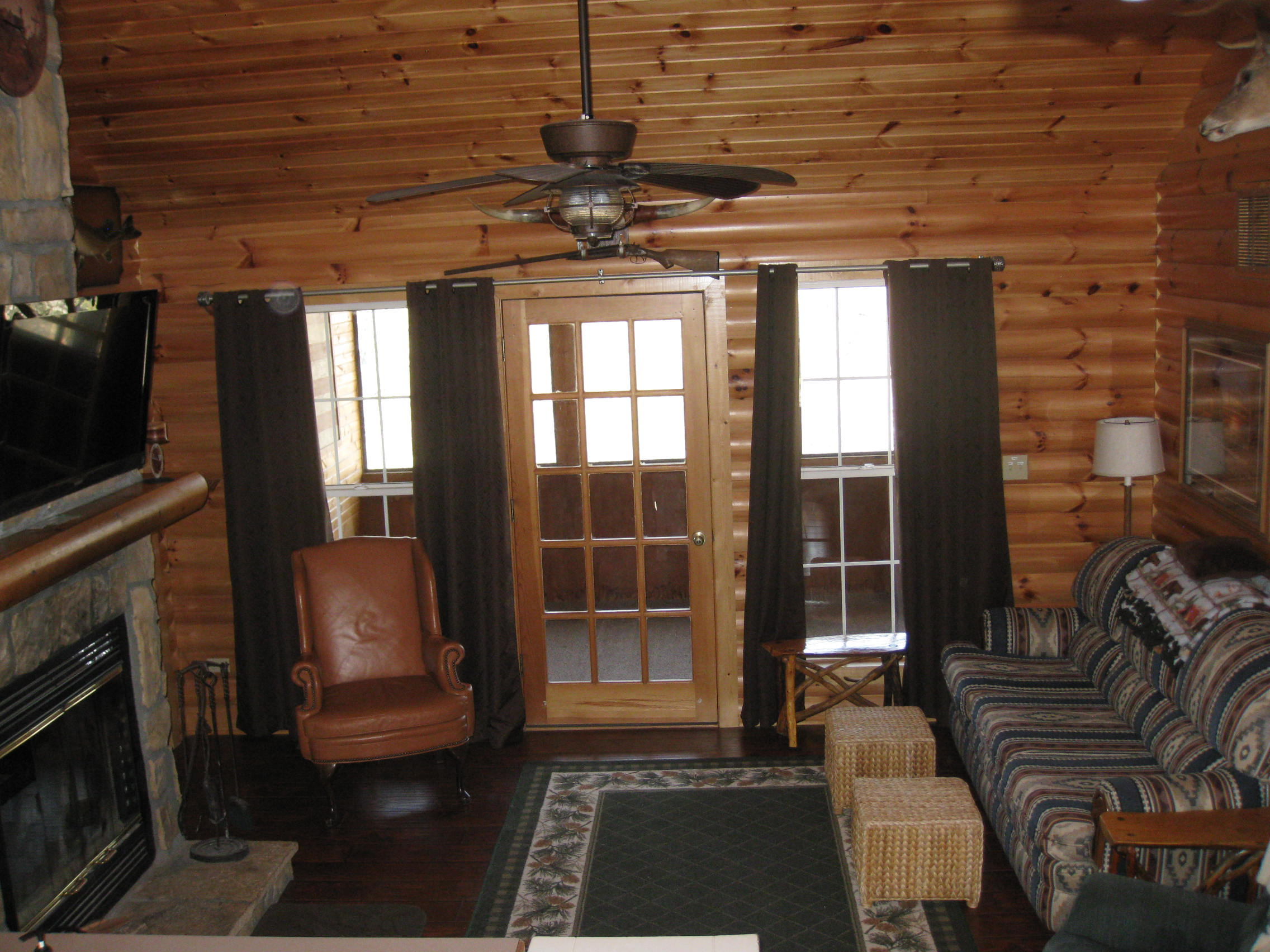 cabin log the menities rustic mo on tub cabins lake with rent gmeclose for branson thousand sale hills hot rentals